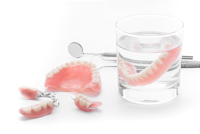 Zahnprothese im Glas
